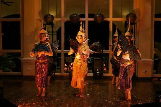 Sofitel Angkor Phokeethra Golf and Spa Resort: Khmer show at dinner.