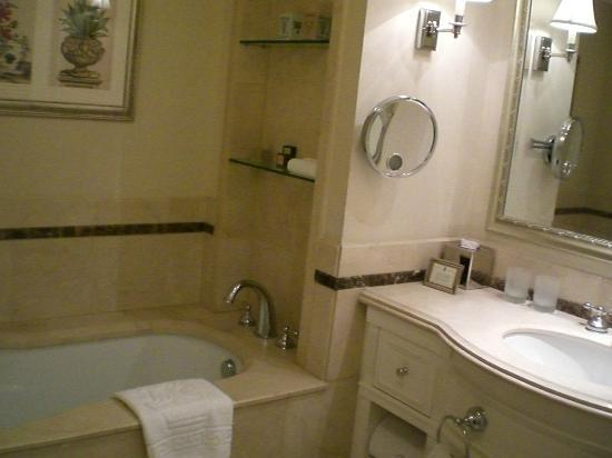 The Ritz-Carlton, Santiago: Bathroom tub