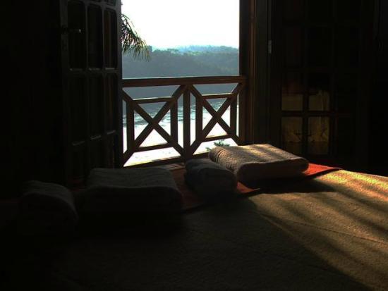 Costa del Sol Iguazu : Habitación y balcón de la Cabaña Anchico