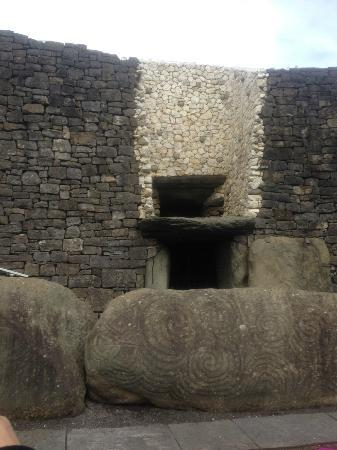 Bru na Boinne: entrance door at newgrange site