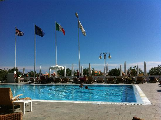 Hotel Cesare Augustus: Looking out across the pool to the beach