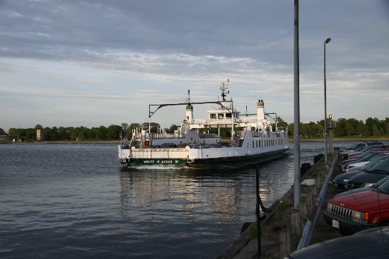General Wolfe Hotel: free ferry  to wolfe island