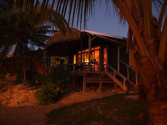 Aretai Beach Villas: Aretai at night