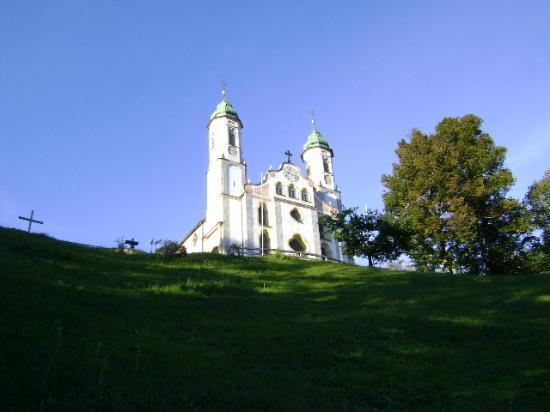 Kalvarienberg und Kirche, Bad Tölz, Baviera, Alemania.