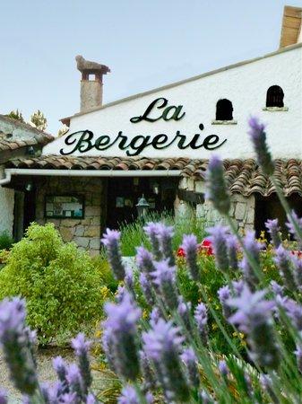 La Bergerie d'Eze : La Bergerie Entrée et Lavandes