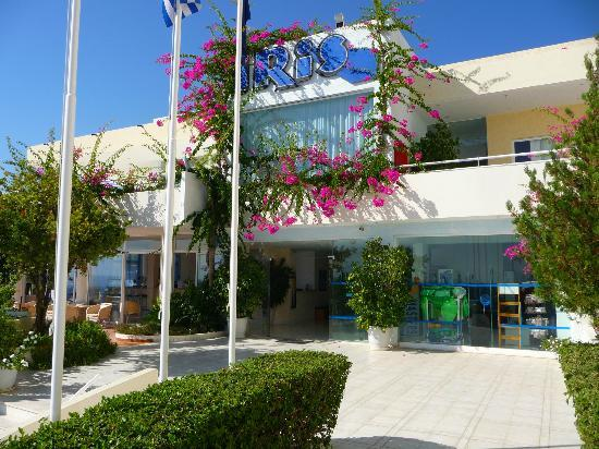 Iris Hotel: Entrance