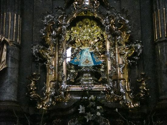 Church of Our Lady Victorious - Holy Child of Prague: Imagen del Niño Jesús en su urna de cristal