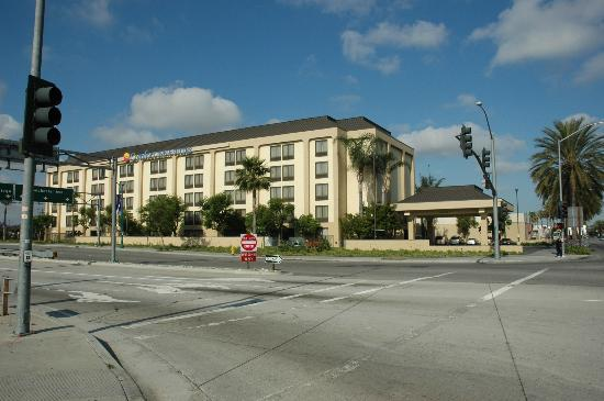 ‪‪The Comfort Inn & Suites Anaheim, Disneyland Resort‬: Across Street View Of Hotel‬