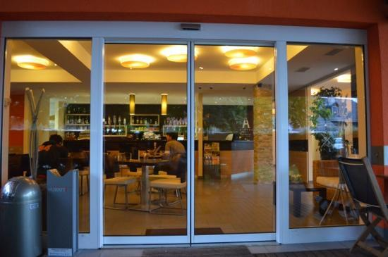 Ahotel Hotel Ljubljana: il bar dall'esterno