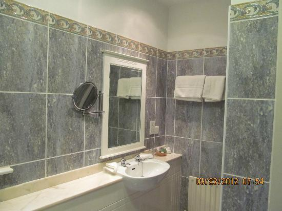 Killarney Lodge: En Suite Bathroom