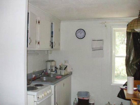 Captain's Cove Motel : The kitchen in one of our rooms