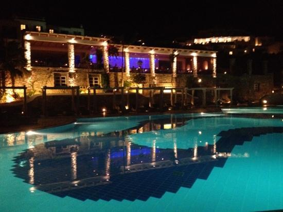 Mykonos Grand Hotel & Resort: Pool by night