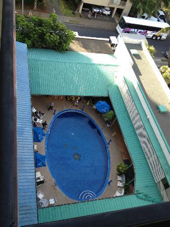 Hokele Suites Waikiki : looking down from outside the door of our room (9th floor)
