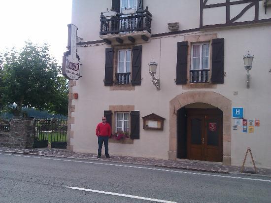 Hotel Rural Loizu : en la entrada del hotel y restaurante