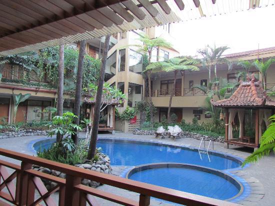 Sukajadi Hotel: The pool area from the restaurant