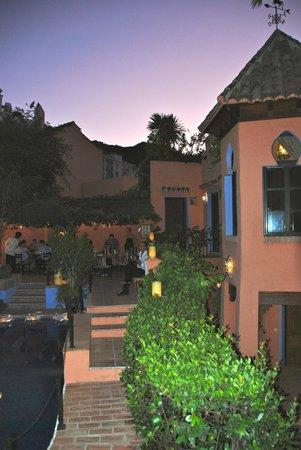 Amanhavis Hotel & Restaurant: Sun setting, candles lit.