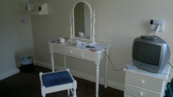 Beresford Hotel: pequeño escritorio y TV en la habitación