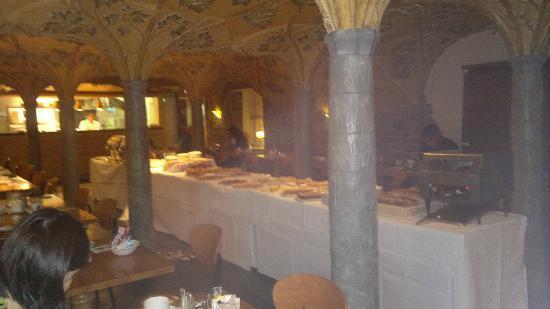 Beresford Hotel: Mesa principal del salón de desayunos