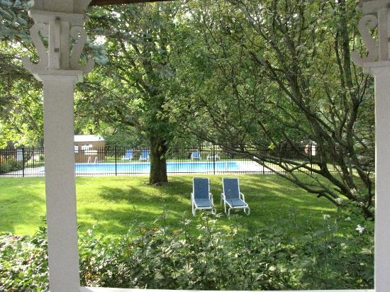 The Swan Motel : Pool and grounds