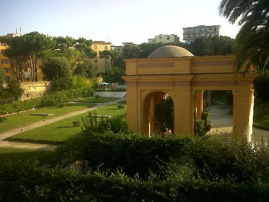 Miglio D'Oro Park Hotel: Costruzione a colonne nel parco
