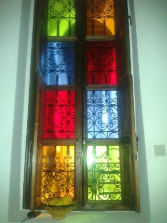 Riad Tamarrakecht: La finestra dall'interno della camera
