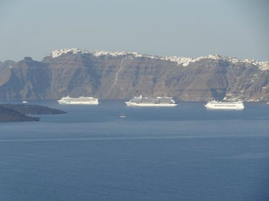 Apanemo: View of the Cruise ships