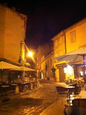 Côte Lourmarin : Straße mit Cafés am Abend