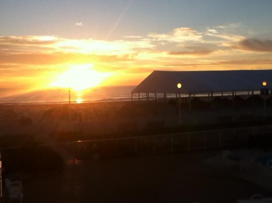 Quality Inn & Suites Oceanfront: view of sunrise from my room