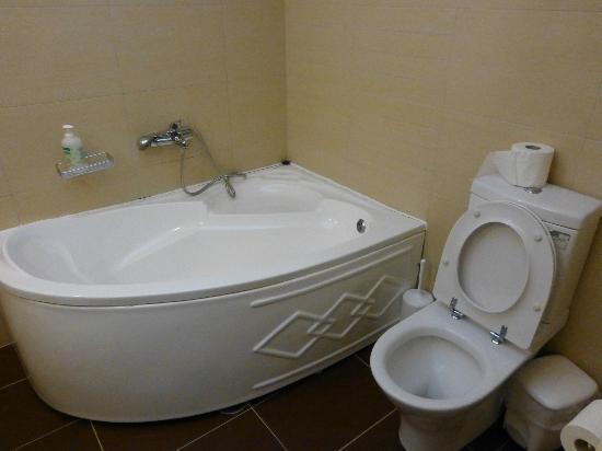 Naxos Imperial Resort & Spa: une partie de la salle de bain
