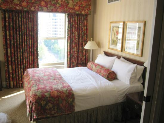Mayflower Park Hotel: Bed