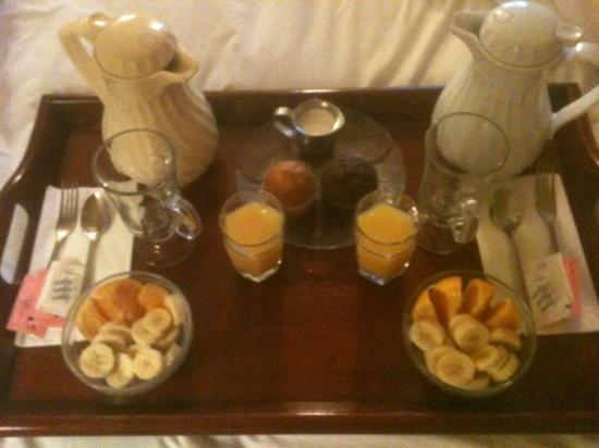 Cambria Landing Inn & Suites: breakfast tray - coffee, fruit, juice and muffins
