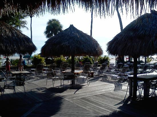 Outrigger Tiki Bar and Deckside Cafe : Poolside deck