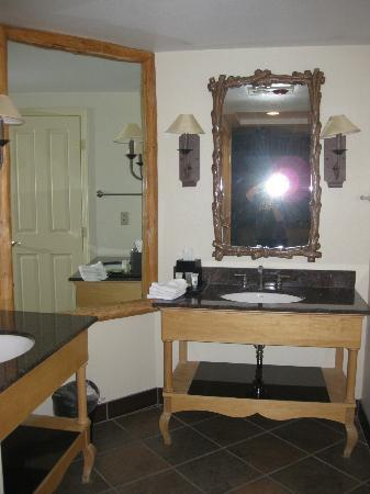 Sheraton Lakeside Terrace Villas at Mountain Vista: Master bath (two matching sinks)