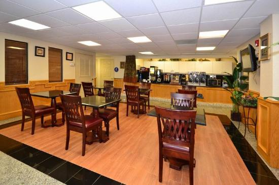 BEST WESTERN PLUS Northwest Inn & Suites: Breakfast Area