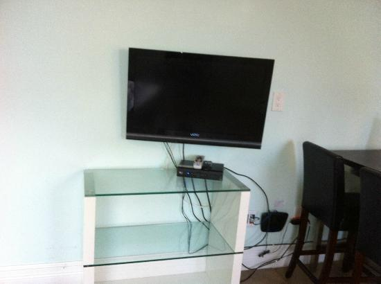 Hollywood Beachside Boutique Suites: TV that I never turned on