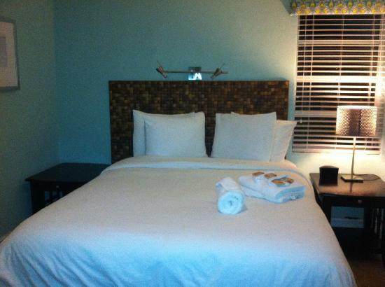 Hollywood Beachside Boutique Suites: Cozy cozy bed