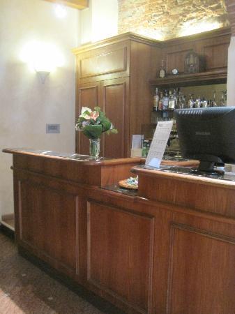 Porta Faenza: Front desk