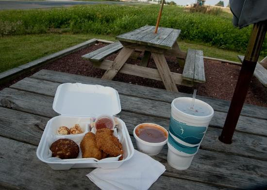 Stevensville Crab Shack: outside dining... lol - worked for me though... check out this lunch!!