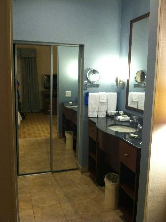Homewood Suites by Hilton Wilmington/Mayfaire: vanity area/ closet