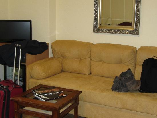 Hotel Mozart : sofa in room