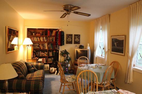 The Flying Dutchman Bed & Breakfast: The Lounge/Dining Area