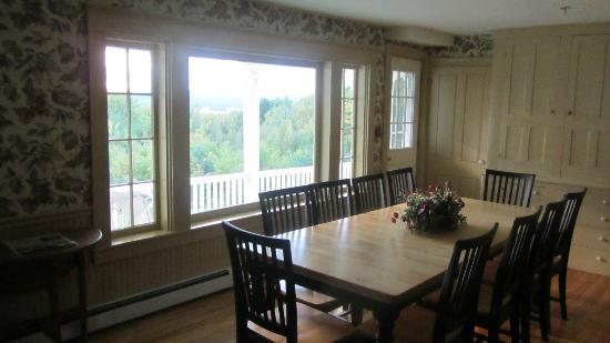 Ballard House Inn: Dining Room with Mountain Views