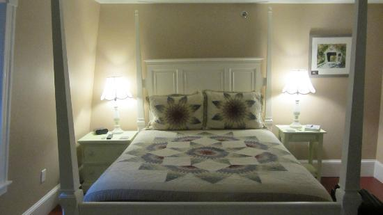Ballard House Inn: Squam Suite Bed
