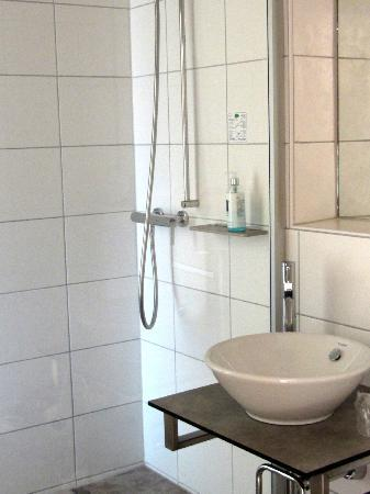 Hotel Baeren: modern clean bathroom