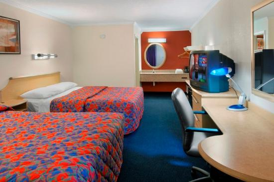 Motel 6 Gatlinburg Smoky Mountains: 2 Queen Beds Room