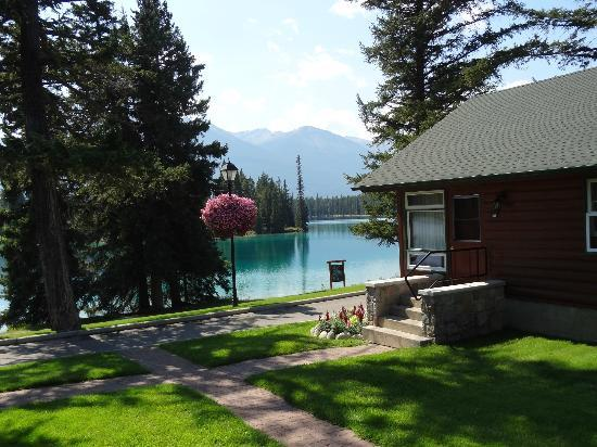 Fairmont Jasper Park Lodge: A cabin on the lake at Jasper Park Lodge