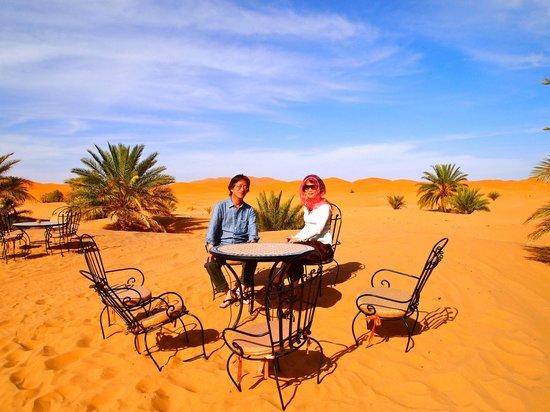 Hotel Ksar Merzouga: 砂漠に置いてあるテーブル