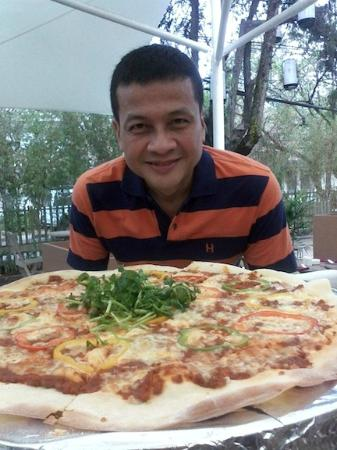 Myoozik Eat and Drink: This gigantic Pizza is 50cm in diameter , good to share with 6 hungry folks .....beer please !!