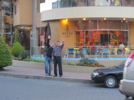 Casa Grande Suites: Frente al Hotel con un colega