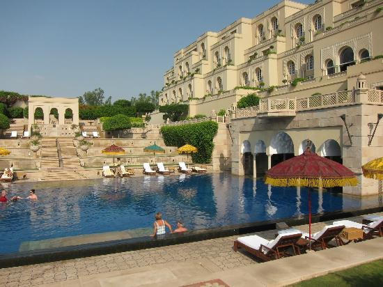 The Oberoi Amarvilas: Hotel pool and accommodation block